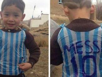 Dječaku sa dresom od kese